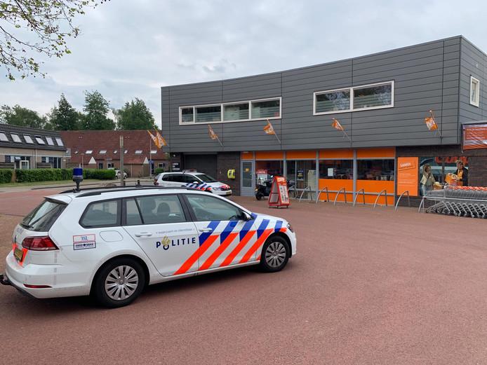 De politie is aanwezig bij de overvallen supermarkt