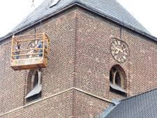 Neede is weer bij de tijd; klok in toren gerepareerd