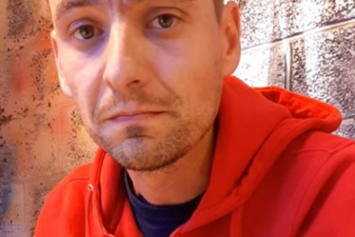 Tim Asselman uit Ninove zingt een liedje om de horeca te steunen.