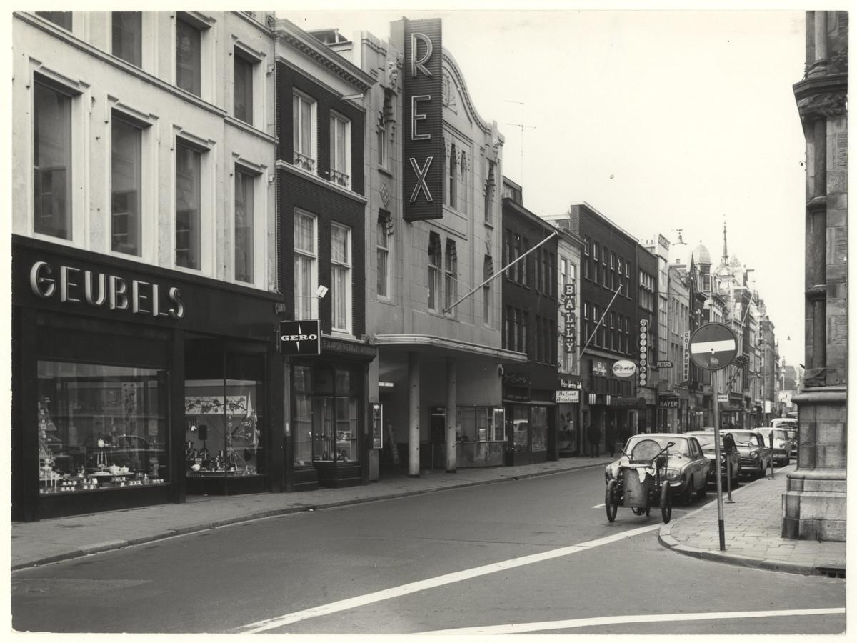 Bioscoop Rex, tussen de winkels van Geubels en Bally, op de Lange Poten in 1968.