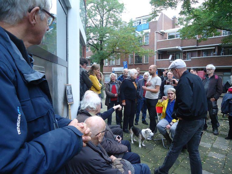 Bezetters en steunbetogers voor de deur van Borgerstraat 75. Beeld Gerard Schuitemaker