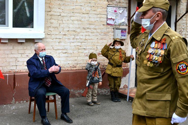 Een 94-jarige oorlogsveteraan kreeg een privéconcert tijdens het 75-jarige jubileum van de overwinning op nazi-Duitsland. Beeld Igor Onuchin/TASS