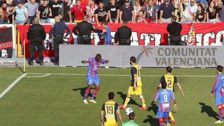 Linksboven doet een aanhanger van Atlético een aap na.
