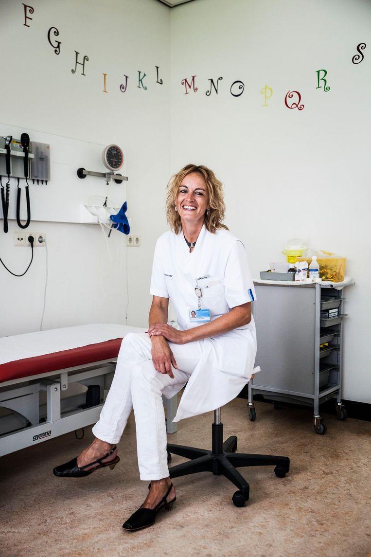 Niet iedere arts zit erop te wachten om spontaan te worden geknuffeld, ik vind het heel erg leuk, zegt Laura de Graaff-Herder. Beeld Aurélie Geurts