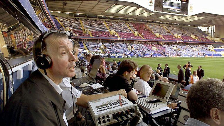 Sportverslaggever Ron Rijk van Langs de Lijn aan het werk tijdens de vriendschappelijke wedstrijd Engeland Nederland 15 augustus 2001 in Londen Beeld anp