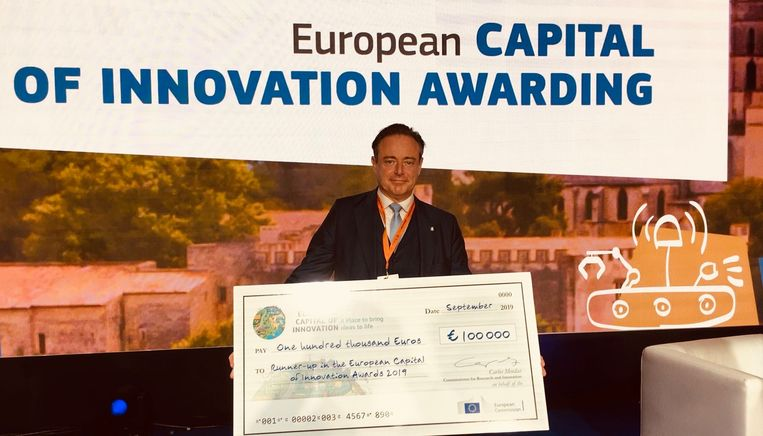 Omdat Antwerpen tot een van de zes laureaten behoorde, kreeg het een geldprijs van 100.000 euro. Burgemeester Bart De Wever nam de cheque in Brussel in ontvangst.