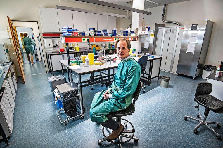 Diederik van de Beek, oprichter van de covid-19-biobank in het Amsterdam UMC.  Beeld Guus Dubbelman / de Volkskrant