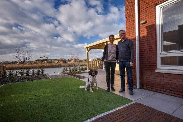 Angela en Marcel Rindt wonen met hun hond Cera naar volle tevredenheid in Bosselaar Zuid. Op de achtergrond wordt het laatste deel van deze Zevenbergse nieuwbouwwijk gerealiseerd.