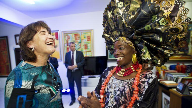 Minister Lilianne Ploumen (L) bezoekt een modeshow van het Nederlandse bedrijf Vlisco in Lagos in Nigeria tijdens een handelsmissie. Beeld anp