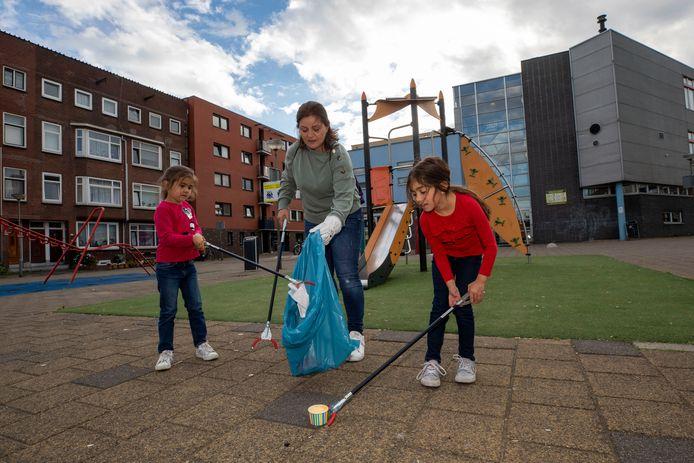 Hifa en Nihal zijn samen met hun tante Serap aan het plandelen in Schiedam-Oost.