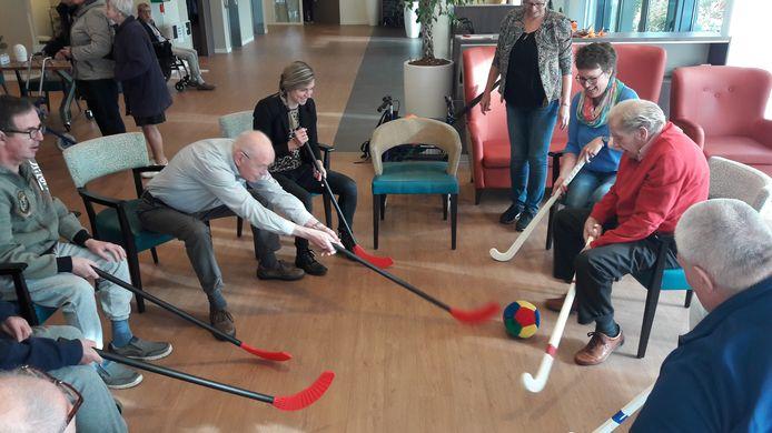 Stakende leerkrachten van De Brug spelen een partijtje hockey met bewoners van Eugeria.