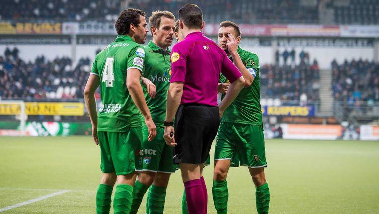 Spelers van PEC halen verhaal bij scheidsrechter Edwin van de Graaf Beeld ANP