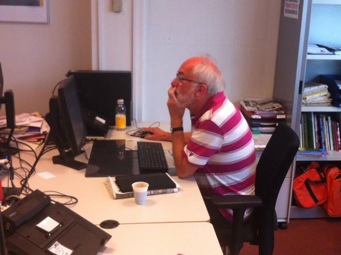 Jan Ulijn bezig op de redactie in Oss.