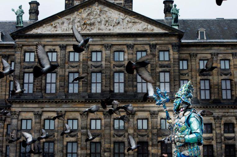 Zelfs de duiven zijn niet veilig voor een levend standbeeld op de Dam Beeld anp