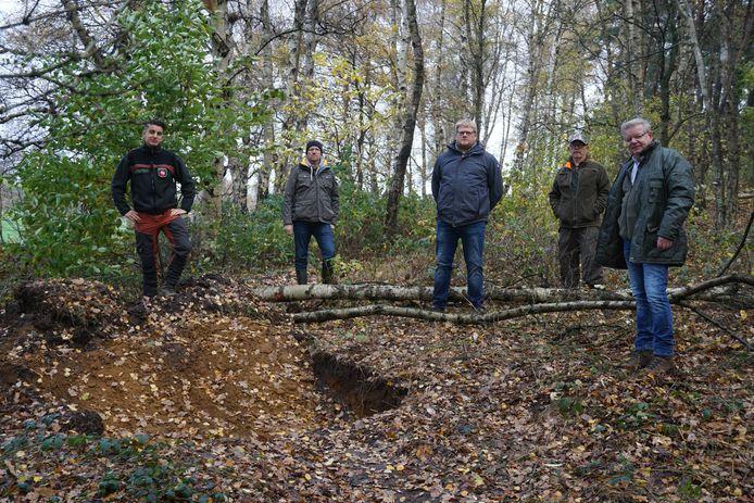Boseigenaren en toezichthouders bij een door hen opgerichte blokkade in een bos op de Krösenberg, net over de grens bij Hezingen.