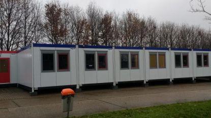 Asielzoekers die tijdelijk in legertenten sliepen, verhuizen naar nieuwe wooncontainers