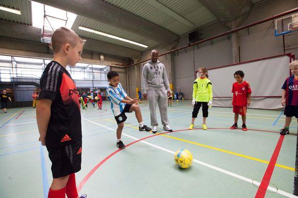 Peter Xavier Luissint (KVO) geeft een voetbalopleiding tijdens Fusion Academy.