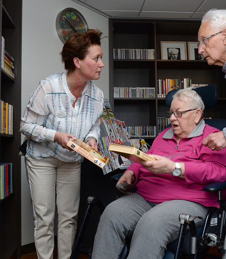Ontmoeten en lezen in nieuwe bieb in verpleeghuis