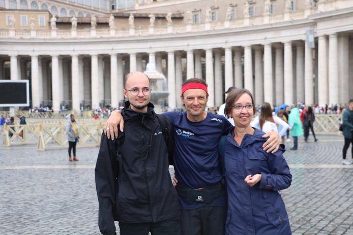 Johan Swinnen met zijn zoon Pieter en zijn vrouw Annemie op het Sint-Pietersplein in Rome.