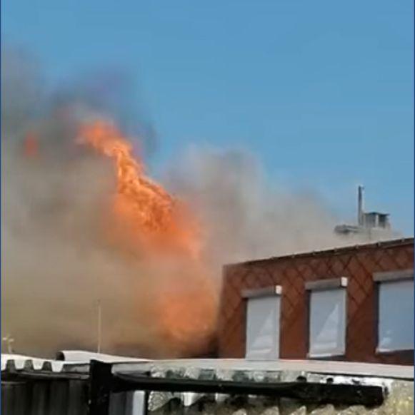 En een mum van tijd sloegen de vlammen al door het dak.