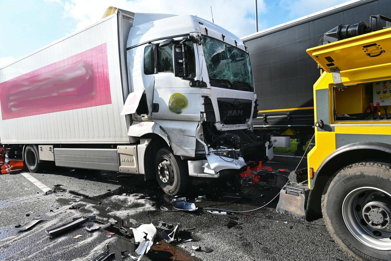 De vrachtwagens liepen veel schade op.