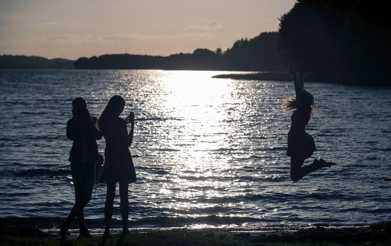Meisjes bij een meer in Ignalina, Litouwen.  Beeld AP