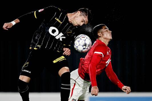 Roger Riera van NAC wint een kopduel van Zakaria Aboukhlal (Jong AZ).