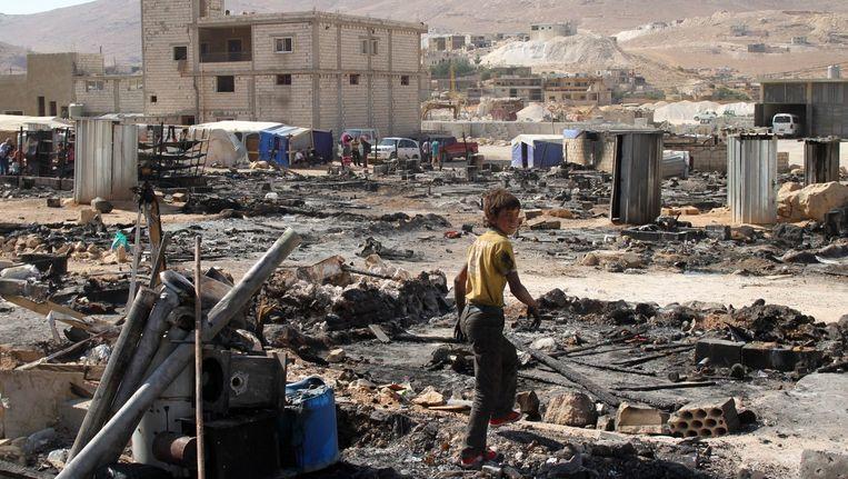 Syrische vluchteling in afgebrand vluchtelingenkamp net over de grens in Libanon. Beeld afp