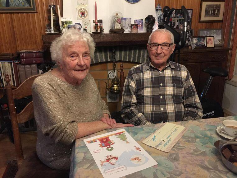 Willy en Simone met de cheque en de kerstwensen van tientallen buren en sympathisanten.