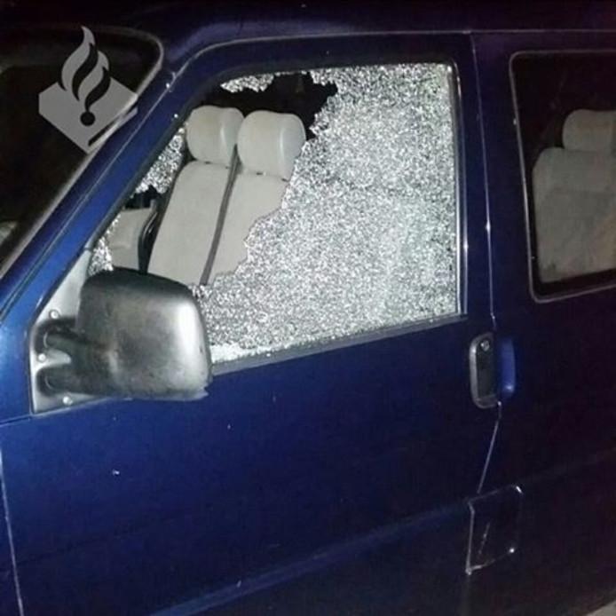 Vernielde auto aan de van Diggelenstraat in Emmeloord