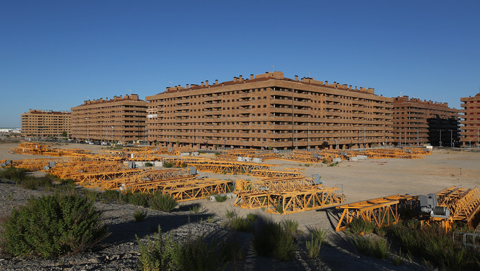 In 2006 werd in Spanje appertementencomplexen gebouwd waar 30 duizend mensen in kunnen. Nu staat alles nog leeg.