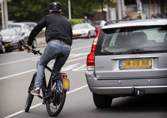 In het verkeer komt het nogal eens tot gevaarlijke situaties met snelle e-bikes.