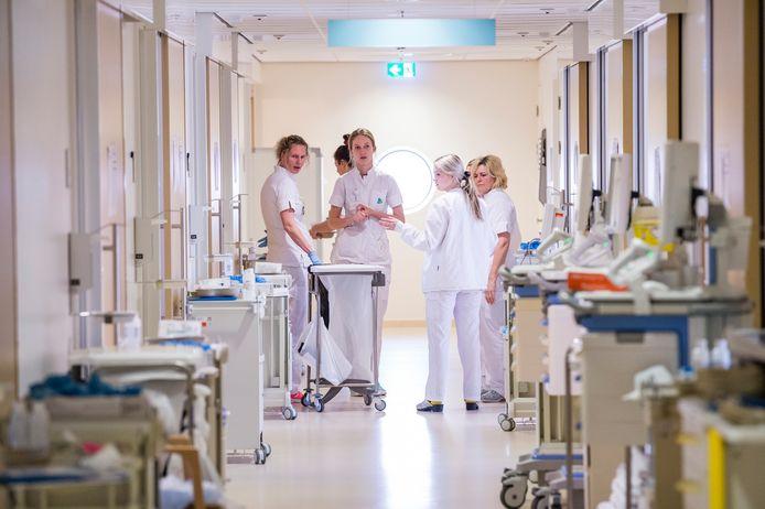 Ziekenhuispersoneel maakt zich klaar voor de opvang van coronapatiënten. Foto ter illustratie.
