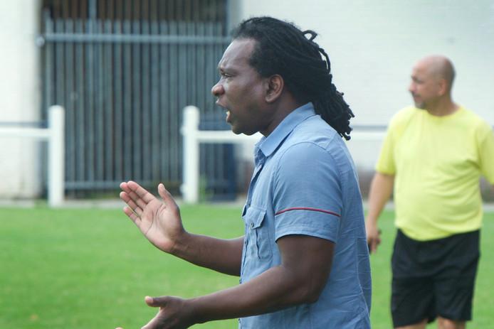 Carlo Derby als trainer van SCH langs de lijn.