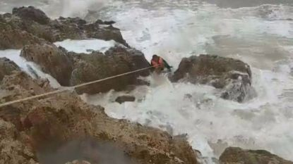 Toeristen redden visser uit woelige zee
