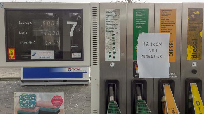 Wie brandstof nodig heeft, kan niet meer terecht bij Total-tankstation Leeren Doedel aan de Amsterdamseweg in Arnhem: 'Tanken is niet mogelijk'.