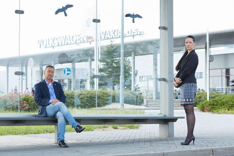 Zoroslav Smolinsky en Nina Spain op het Volkswagen-complex in Bratislava. Beeld Andrej Balco