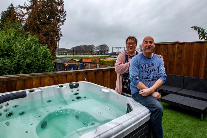 Eigenaren Peter en Miranda Nij Bijvank op het terras met buitenjacuzzi van hun bed & breakfast, waar de afgelopen maanden veel over te doen was.
