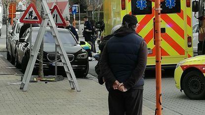 Hoogtewerker kantelt na aanrijding: arbeider (47) zwaargewond
