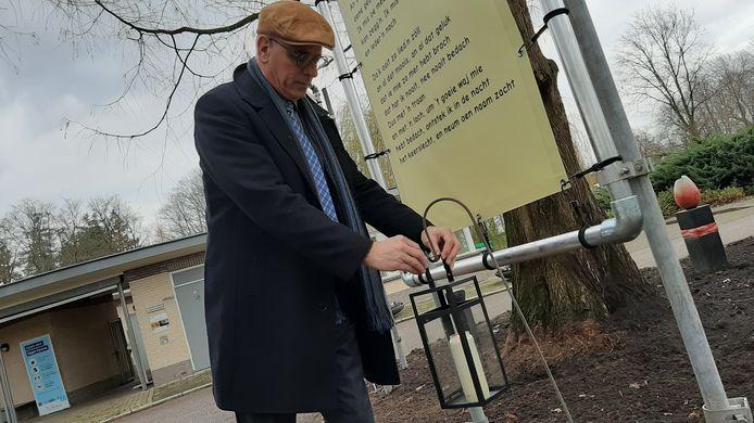 Wethouder Jan Martin van Rees van de gemeente Almelo tijdens onthulling gedichten bij entree begraafplaats 't Groenedael.