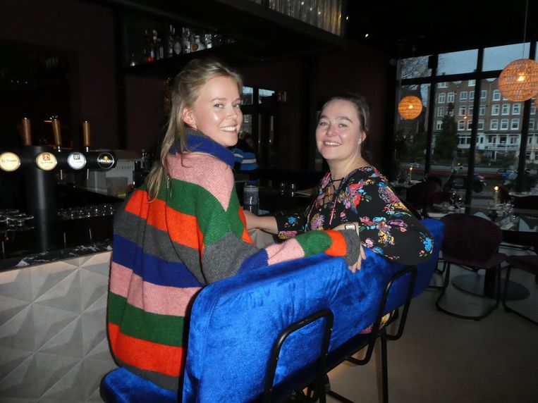 Joke-Jiers Botma en Kirsten van Wijk (MissPublicity) op de barbank. Botma: 'Leuk, hè. Het is een beetje een loveseatachtig idee.' Beeld Hans van der Beek