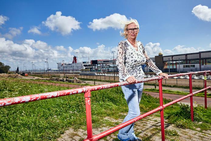 Ineke Vos met op de achtergrond de ferry van Stena Line.