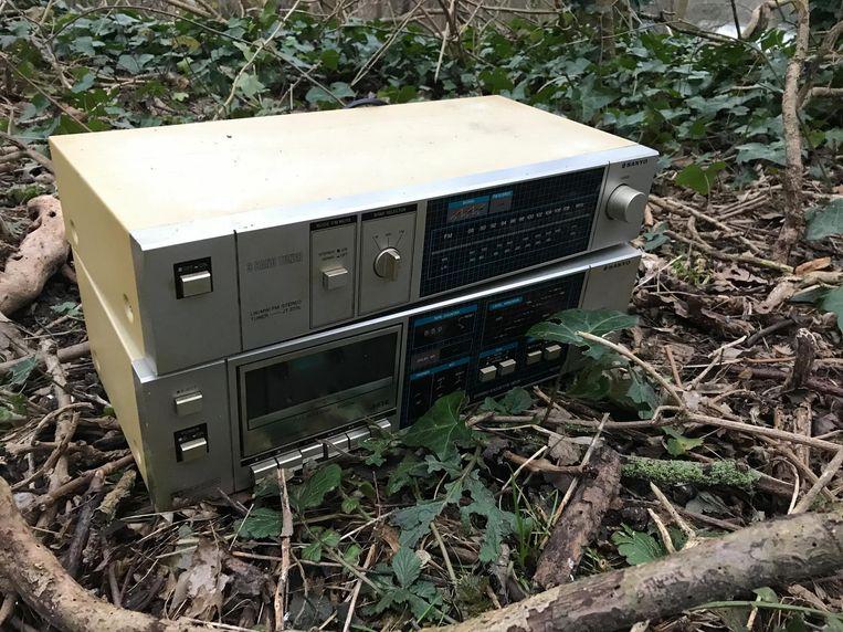 Een cassettespeler met versterker ligt zomaar in de struiken.