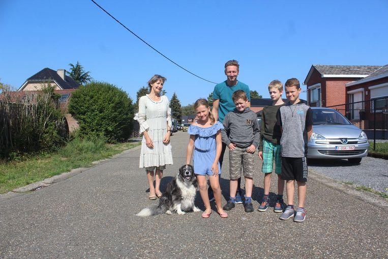 Bewoners Mieke (links), Tim (achteraan) en kinderen Yana, Kobe, Rune en Ferre wonen graag in de 'Nikkerstraat'.