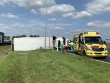 Gekantelde vrachtwagen op A2: afrit richting Kerkdriel dicht