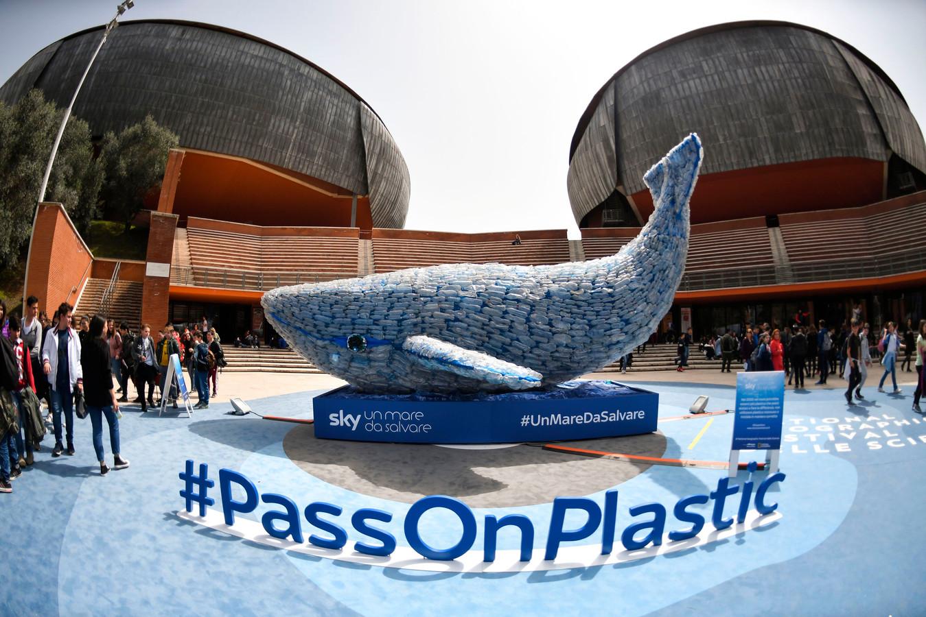 Voor het Auditorium 'Parco della Musica' in het centrum van Rome is door de actiegroep 'Sky Ocean Rescue-A Sea to Save' een 'Plasticus' geplaatst. Een walvis gemaakt van 250 kilo plastic afval. Het is dezelfde hoeveelheid plastic die iedere seconde in de oceanen terecht komt. De actiegroep wil met de plastic vis het probleem van de vervuiling onder de aandacht brengen. Foto Andreas Solaro