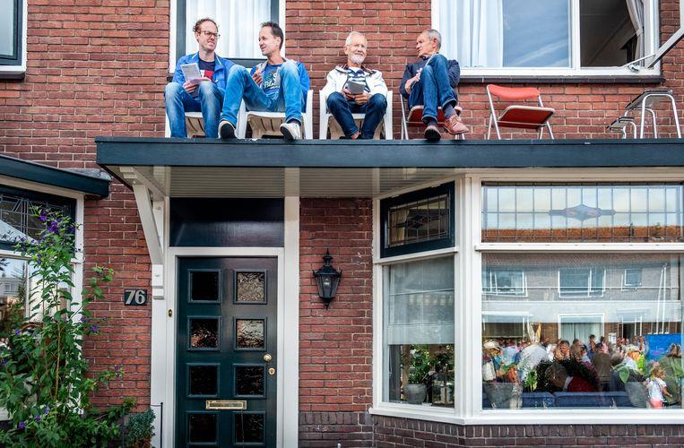 Bewoners op de Meerlaan hebben het beste zicht op de kortebaan voor hun huis. Beeld Raymond Rutting / de Volkskrant