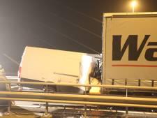 Busje met volle vaart op stilstaande vrachtwagen bij Zaltbommel