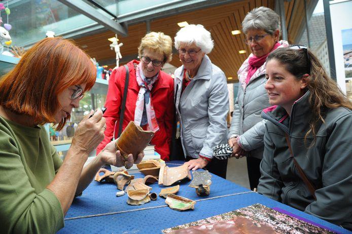 Aagje Feldbrugge (links) vertelt over verschillende scherven aan Annegien, Anneke, Saar en Linda.