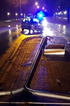 Automobilist rijdt lichtmast omver in Hengelo